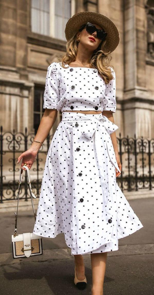 Ảnh hưởng từ phong cách retro, hoạ tiết chấm bi được sử dụng rộng rãi và đưa vào nhiều kiểu trang phục mang tính ứng dụng cao.