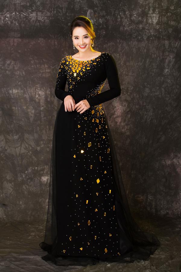 Sử dụng sắc đen chủ đạo với chất liệu cao cấp, loạt áo dài được người đẹp 45 tuổi nhận xét có tác dụng che khuyết điểm vùng bụng, đùi mà phụ nữ U50 thường gặp phải.