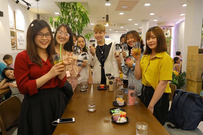 Anh cũng được nhiều bạn gái trẻ yêu mến vì sự thân thiện khi tới quán trà sữa.