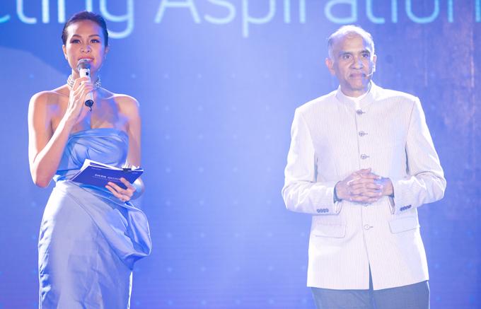 Khả năng dẫn song ngữ cùng cách trò chuyện sắc sảo của Phương Mai được nhiều vị khách khen ngợi trong sự kiện tối qua.