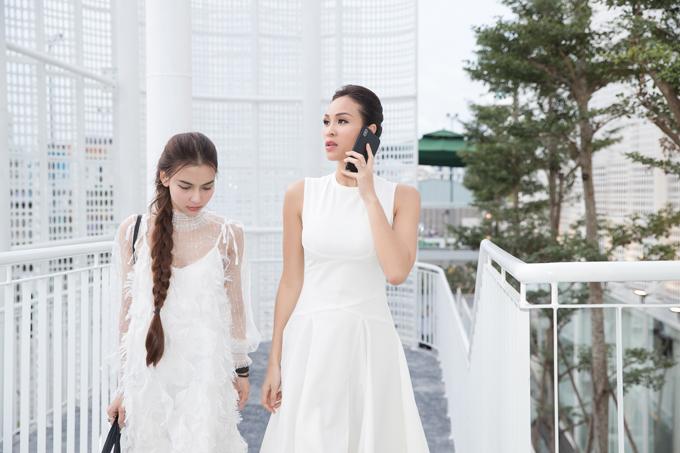 Mặc dù khá mệt mỏi chuẩn bị cho hôn lễ nhưng Phương Mai vẫn tất bật chạy show vì đã trót ký hợp đồngcho nhiều chương trình. Chiều và tối qua (6/6), cô liên tục đảm nhận vai trò MC cho hai event tại TP HCM. Người đẹp cho biết, cô và ông xã người Ba Lanmới bay ra Hà Nội chụp bộ ảnh cưới vào ngày 5/6, sau đó vội vàng về TP HCM để hoàn thành lịch làmviệc của mỗi người.