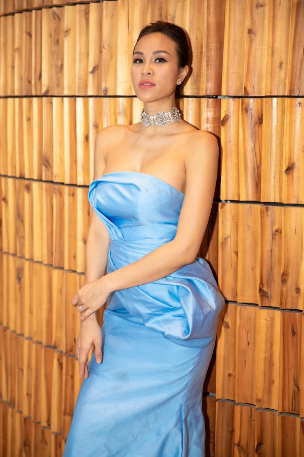 Phương Mai cũng cho biếtcô sẽ mặc áo dài của Dũng Nguyễn, một người anh thân thiết trong ngày ăn hỏi. Còn tại tiệc cưới chính thức, cô được NTK Lekchi dành riêng những bộ soiree phù hợp.