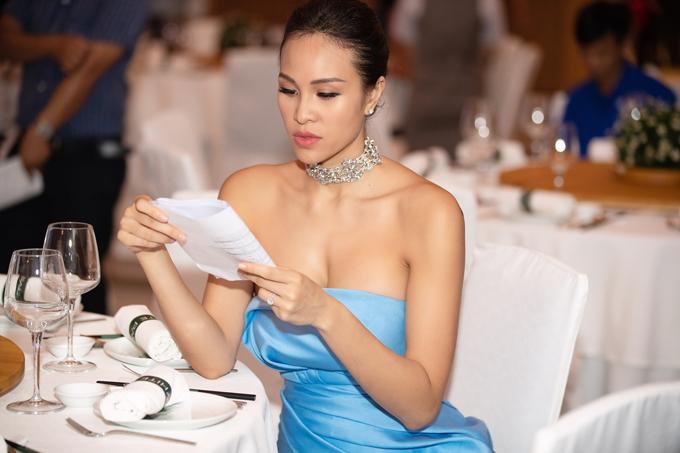 Cô chăm chú đọc kịch bản chương trình trước giờ lên sân khấu.