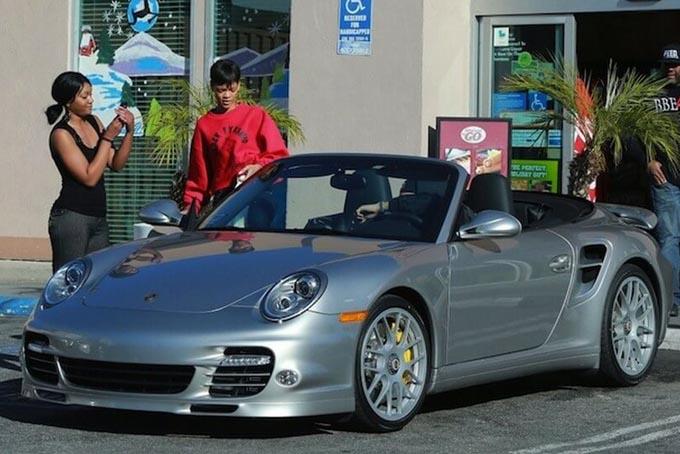 Rihanna cũng sở hữu bộ sưu tập siêu xe đắt tiền. Trong ảnh là chiếc Porsche 911 Turbo S có giá 160,000 USD được cô yêu thích nhất trong bộ sưu tập xe của mình. Ảnh: Alux.