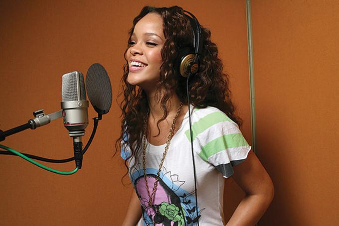 Rihanna sinh năm 1988, nổi tiếng với thể loại nhạc R&B. Cô bắt đầu sự nghiệp ca hát từ năm 15 tuổi. Kể từ đó, cô đã có 14 bài hát đầu bảng xếp hạng Billboard như Only Girl (In the World), Whats My Name?, S&M, Diamonds... Rihannagiữ vững phong độ suốt nhiều năm qua và đãlập kỷ lục trên Youtube khi là nghệ sĩ đầu tiên có đến 24 video âm nhạc cán mốc 100 triệu lượt xem. Theo Business Insider,tổng doanh thu từ việc ca hát và các chuyến lưu diễn vòng quanh thế giới của cô là 137 triệu USD. Ảnh: New York Times.
