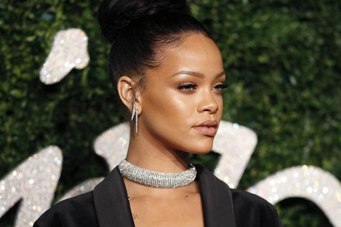 Theo Forbes, Rihanna đã vượt qua hàng loạt tên tuổi đình đám để trở thành nữ ca sĩ giàu nhất thế giới với tổng giá trị tài sản600 triệu USD. Đứng ở vị trí thứ hai là nữ hoàng nhạc pop Madonna với 570 triệu USD, theo sau là diva Celine Dion với 450 triệu USD, bà xã ca sĩ hip hop giàu nhất thế giới, Beyoncé đứng ở vị trí thứ 4 với 400 triệu USD. Tuy nhiên, 600 triệu USD của Rihannakhông chỉ đến từ cácsản phẩm âm nhạc mà còn nhờ phần lớn doanh thu đến từ hoạt động kinh doanh, trong đó có thương hiệu mỹ phẩm nổi tiếng Fenty Beauty do cô sáng lập. Ảnh: Star.