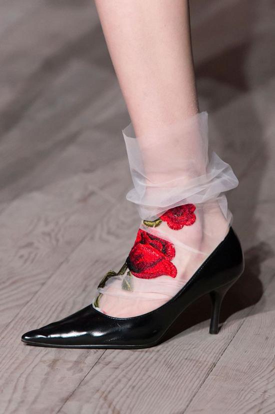 Từ nhiều mùa mốt trước, nhà mốt D&G đã lăng xê các kiểu bốt xuyên thấu trang trí hoa thêu, tất lưới thêu hoa... nhưng vì hình ảnh của nó quá sang chảnh nên đến đầu năm 2018 phong cách này mới được các tín đồ thời trang áp dụng.