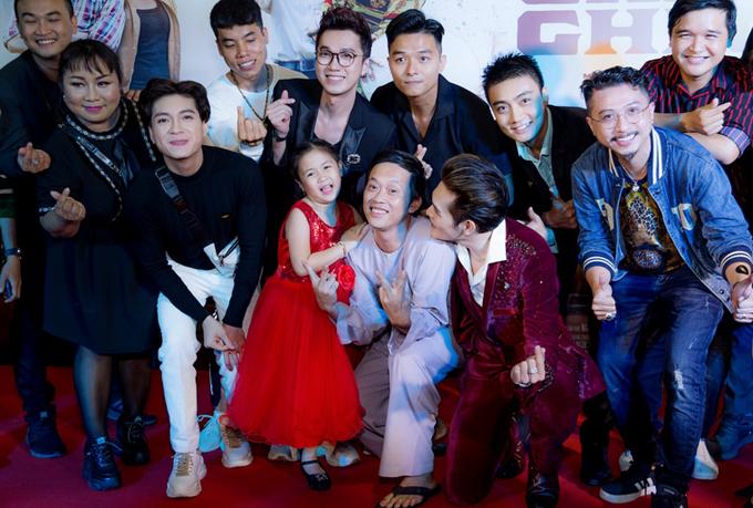 Hoài Linh chụp ảnh cùng các đàn em trong sự kiện tối 6/6.