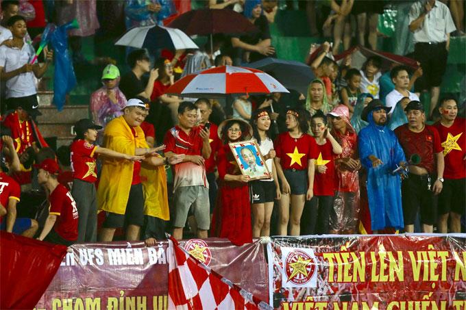 Không ít CĐV ở các tỉnh phía Bắc có mặt ở Phú Thọ để ủng hộ đội bóng.