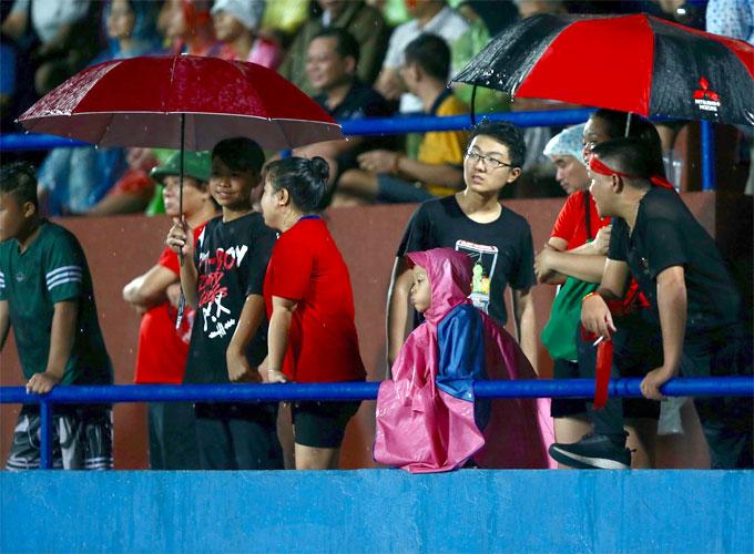 Thậm chí, trận đấu phải tạm dừng 30 phút vì sấm chớp. Các CĐV vẫn kiên nhẫn ở lại sân chờ hiệp hai tiếp tục diễn ra.