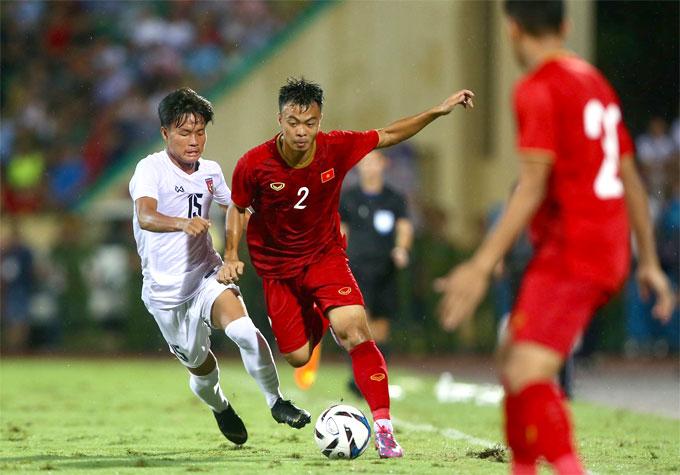 Sau 35 phút tạm dừng, hiệp hai được bắt đầu. U23 Việt Nam vẫn chiếm thế trận nhưng không còn cầm bóng nhiều như 45 phút đầu tiên. Sân trơn bóng ướt khiến cầu thủ hai đội khó khăn hơn trong việc triển khai lối chơi.