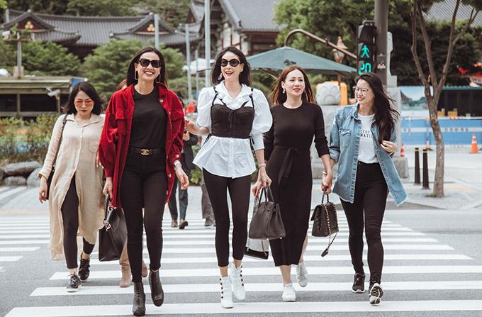Một nhóm bạn thân của Dương Mỹ Linh cũng từ Mỹ sang Hàn Quốc du lịch cùng cô.