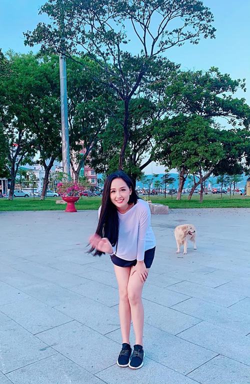 Ba ngày thiếu ngủ và khoảnh khắc bên chú chó,Hoa hậu Mai Phương Thuý chú thích về bức ảnh của mình.