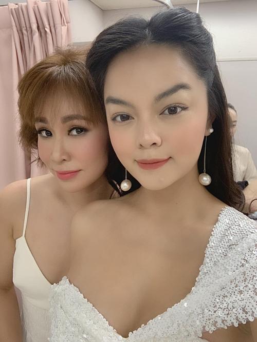 Ca sĩ Phạm Quỳnh Anh pose hình cùng Uyên Linh.
