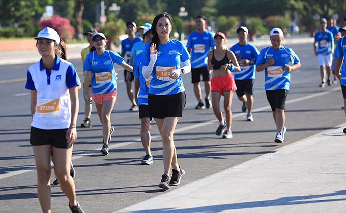 Mai Phương Thúy nổi bật với chiều cao trên 1,80m khi chạy bên các runners khác.