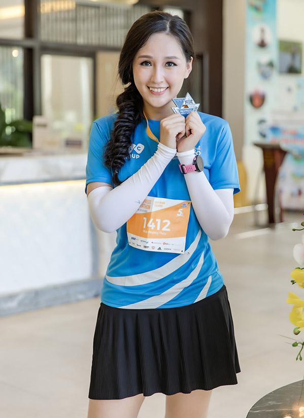 Người đẹp khoe huy chương chứng nhận cô đã hoàn thành quãng đường 5km trong thời gian 40 phút.