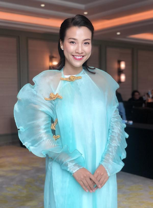 Hoàng Oanh chọn áo dài của nhà thiết kế Thủy Nguyễn khi dự một sự kiện ở Thượng Hải vào cuối tuần qua.