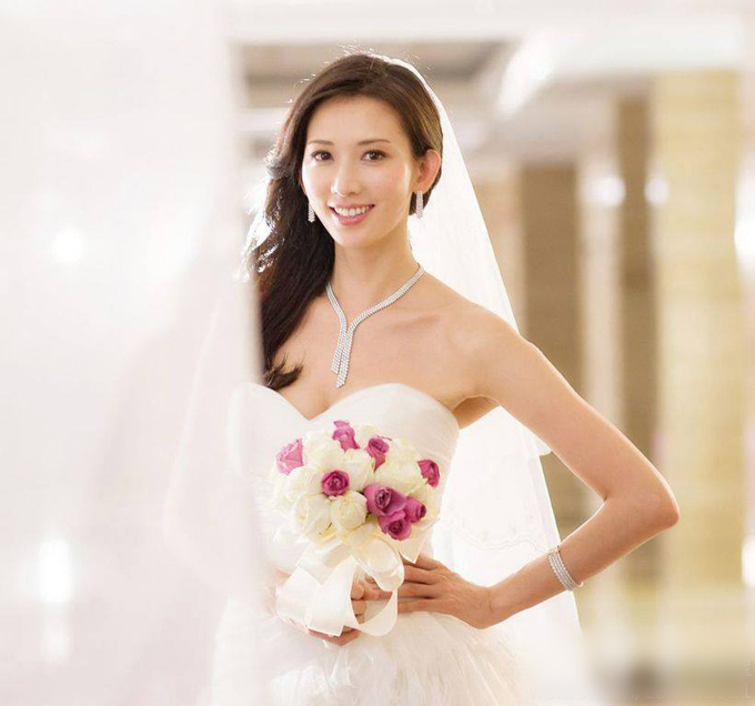 Với vòng một tròn đầy, Lâm Chí Linh tự tin diện váy cưới quây cúp ngực cổ tim, tôn đường cong gợi cảm của vòng một, mang đến sự trẻ trung cho người diện.