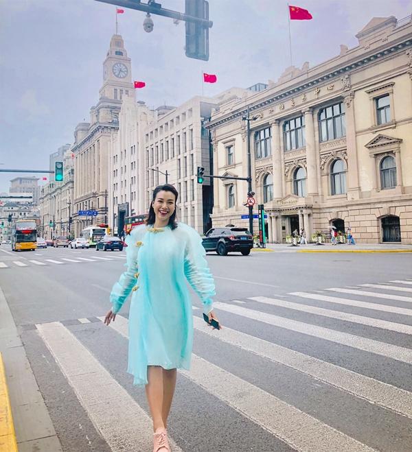 Thời tiết mát mẻ nên Á hậu quyết định diện sneaker cùng áo dài để đi dạo, khám phá Thượng Hải.