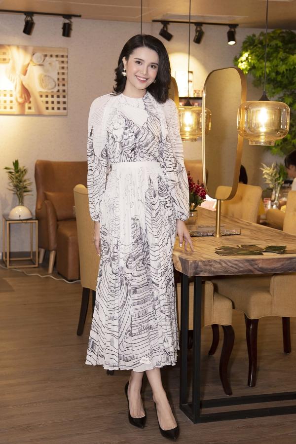 Vẻ đẹp ngọt ngào của Á hậu Diệu Thùy càng được tôn lên qua set váy áo mềm mại in họa tiết trẻ trung.