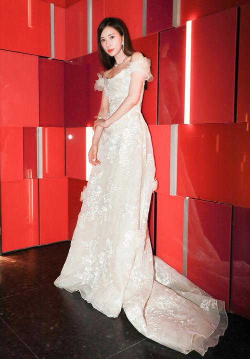 Lâm Chí Linh hóa thân thành công chúa cổ tích với bộ cánh nữ tính được điểm họa tiết hoa nổi dọc thân.