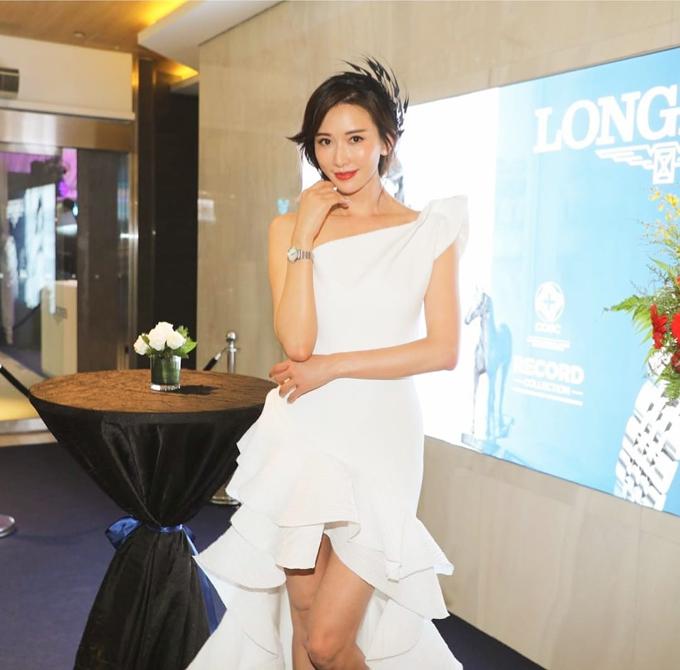 Thiết kế váy lệch vai cũng được nữ diễn viên, siêu mẫu xứ Đài yêu thích. Bộ đầm mang phong cách tối giản, tập trung vào thiết kế với phần thân váy mullet tôn đôi chân dài của người diện.