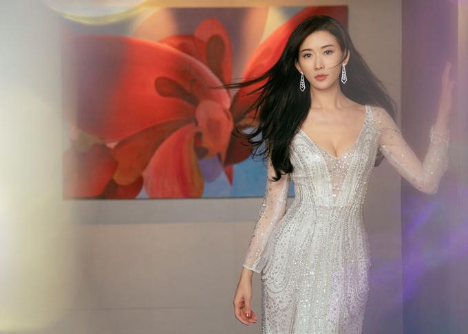 Tối ngày 6/6, chân dài số 1 Đài Loan bất ngờ thông báo đã kết hôn với nam ca sĩ người Nhật Akira. Nhiều nghệ sĩ trong giới giải trí đều gửi lời chúc mừng đến Lâm Chí Linh khi cô đã tìm thấy tình yêu đích thực của cuộc đời mình. Trước khi được chiêm ngưỡng ảnh cưới chính thức của uyên ương, người hâm mộ đã có nhiều dịp nhìn thấy nữ minh tinh khoác lên mình chiếcváy cưới trong các bộ ảnh thời trang.