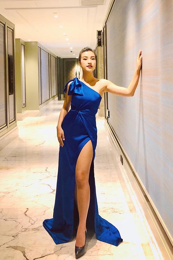 Buổi tối, nữ diễn viên chọn váy dạ hội xẻ cao, tôn chân dài để dự thảm đỏ.