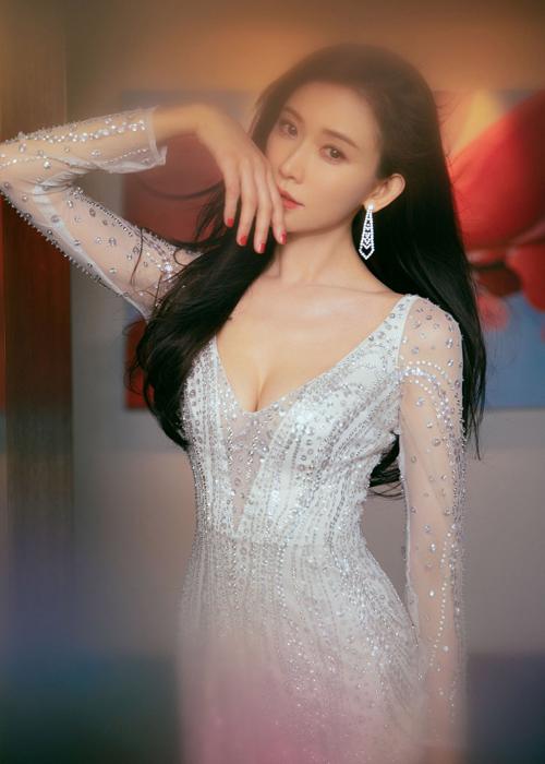 Tay áo được làm từ chất liệu voan mỏng làm toát lên vẻ gợi cảm, ngọt ngào của siêu mẫu xứ Đài.