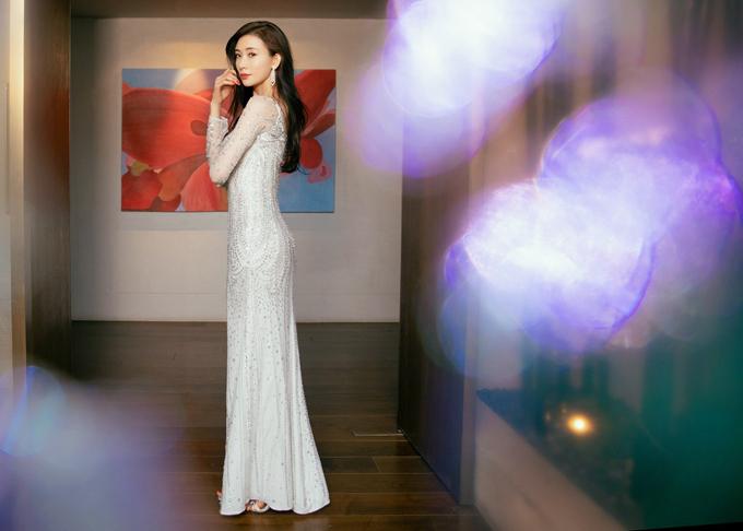 Bộ đầm có độ dài chấm gót giúp người đẹp dễ di chuyển, tạo sự thoải mái trong từng cử động.