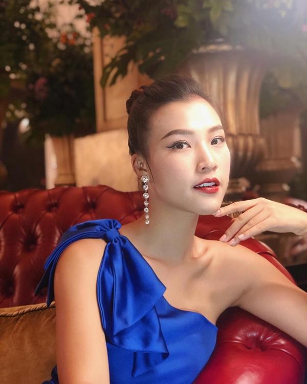 Hoàng Oanh mới đây tham gia dự án phim Ước hẹn mùa thu của đạo diễn Nguyễn Quang Dũng. Cô nỗ lực chứng minh bản thân ở lĩnh vực điện ảnh, bên cạnh công việc MC chuyên nghiệp.