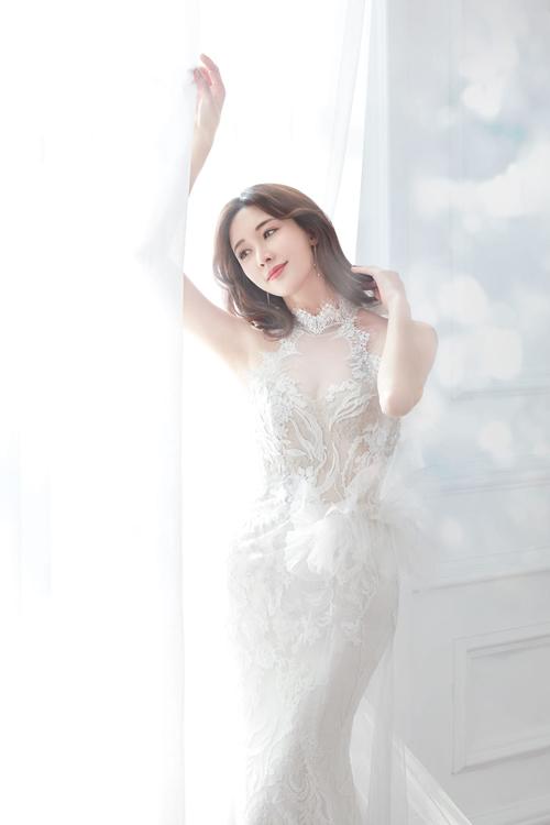 Lâm Chí Linh thử sức sang mẫu váy đuôi cá cổ yếm và cổ cúp ngực trái tim. Bộ đầm được đính ren nổi tạo sự nữ tính, duyên dáng cho người diện.