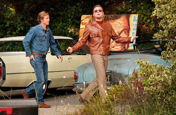Leonardo DiCaprio (phải) vào vai một diễn viên nổi tiếng, còn Brad Pitt vào vai diễn viên đóng thế thân thiết của anh trong phim.