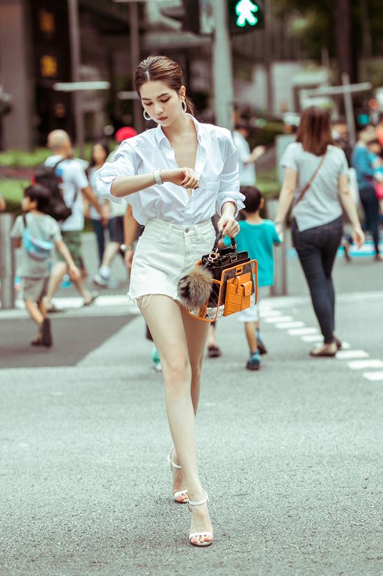 Đầu mùa hè 2019, người đẹp gốc Trà Vinh đã phải lòng mẫu balo trong veo của Chanel. Ở mùa mốt năm nay, Ngọc Trinh lại bị túi xách tay phối plastic của Fendi hớp hồn.