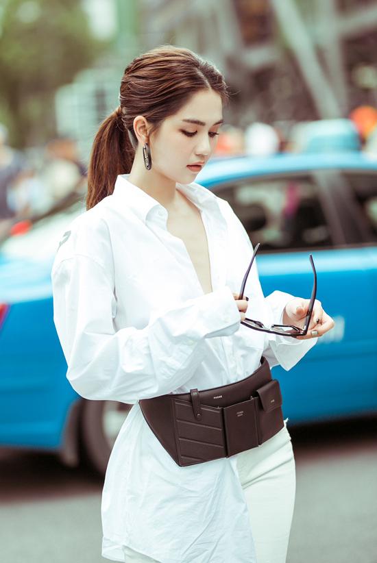 Trang phục trắng cho cả áo và short jeans càng làm nổi bật mẫu belt bag tông màu tương phản của thương hiệu Fendi.