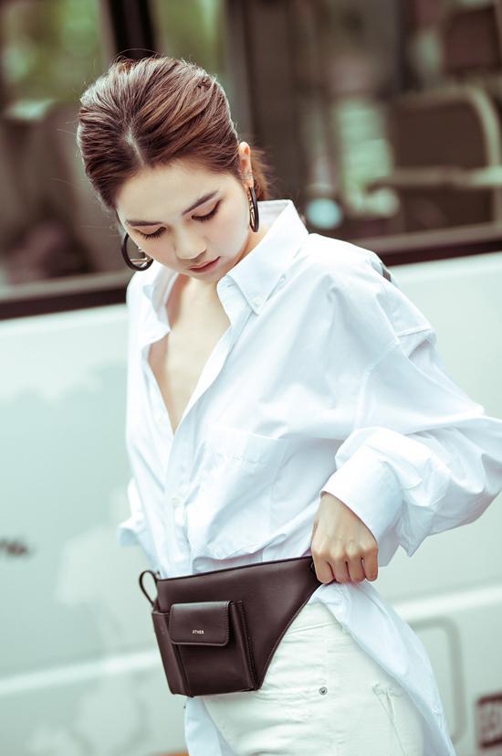 Túi đeo hông thiết kế trên chất liệu da đen với kiểu dáng khá hầm hố cũng là một trong những món đồ mới được Ngọc Trinh tậu về.