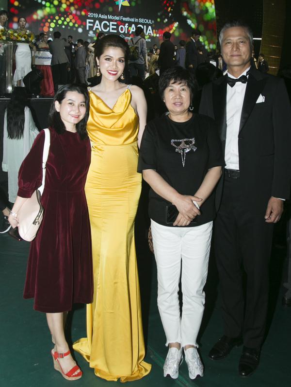 Oanh Yến gặp gỡ, chụp ảnh cùng các vị khách người Hàn Quốc.
