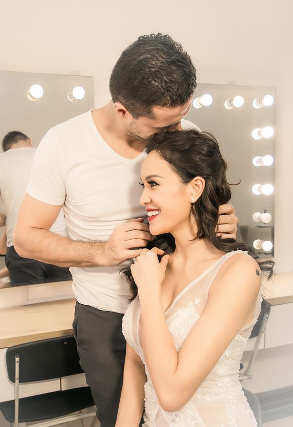 Trong buổi thử layout make-up cho hôn lễ, chồng Tây kiên nhẫn đứng bên ngắm vợ. Anh cũng không ngần ngại có những cử chỉ ngọt ngào để bày tỏ tình yêu dành cho bà xã.