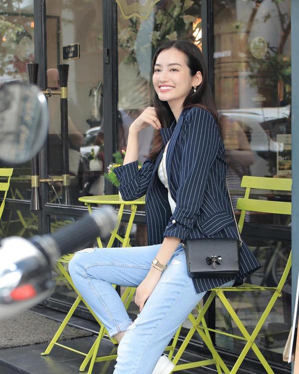 Áo vest kẻ sọc là sản phẩm được những cô nàng sành mốt săn lùng. Trúc Diễm chọn áo hợp mốt để phối cùng áo thun và quần jeans.