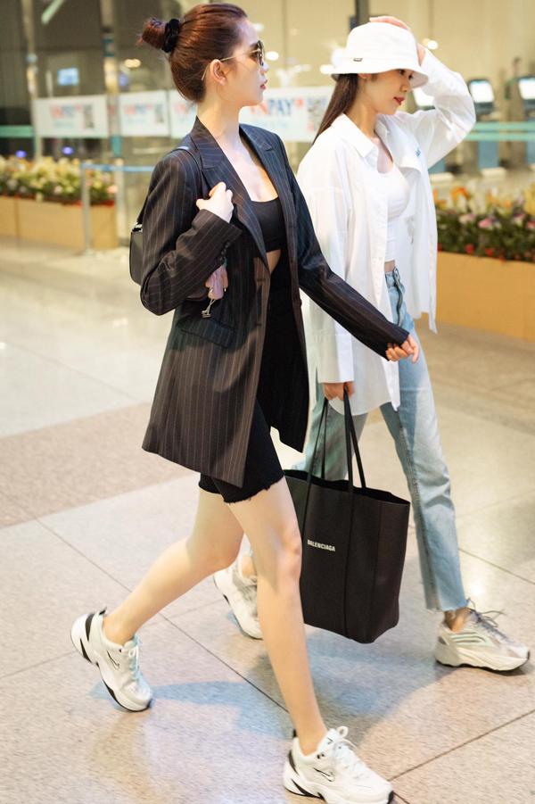 Các mẫu blazer dáng rộng thường được Ngọc Trinh sử dụng cùng quần biker short, giầy sneaker để tôn nét trẻ trung.