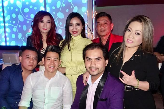 Trizzie Nguyễn (hàng trên, trái), Phùng Ngọc Huy (áo trắng), Đức Tiến (áo tím) trong đêm nhạc ngày10/6.