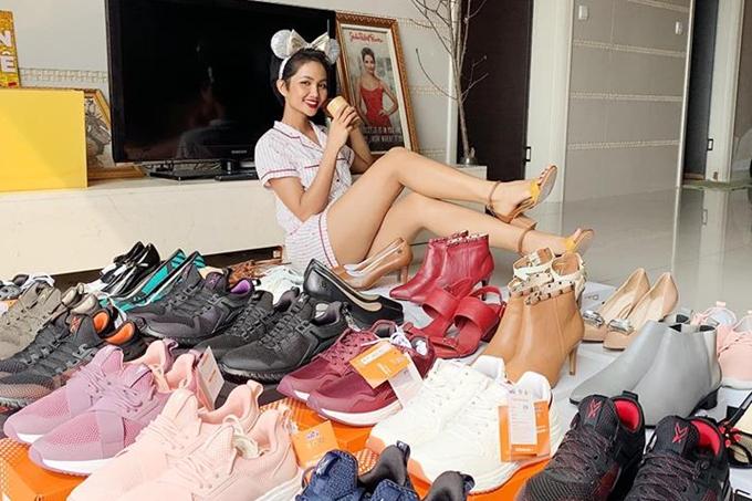 Bộ sưu tập giày thể thao bình dân của HHen từng được cô chia sẻ.