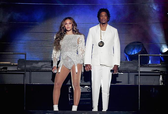 10. Beyoncé (trái)và Jay-Z (1,4 tỷ USD):2019 là năm dấu mốc với cặp giàu có bậc nhất làng nhạc. Người vợlà một trong nhữngphụ nữ giàu nhất tự lực, còn chồng vừa chính thức thành tỷ phú.Họ đạt tài sản gộp1,4 tỷ USD. Ngoài âm nhạc, Jay-Z kinh doanh rượu, tranh, bất động sản và có cổ phần trong công ty như Uber. Beyonce tiếp tục là cỗ máy hát hái ra tiền bằng lưu diễn và bán album, đã có 400 triệu USD. Khác với hầu hết cặp còn lại, đôi Mỹnày không chung tay gây dựngcông ty, mà giàu từ những mô hình độc lập nhưngtương hỗ. Ảnh:Parkwood Entertainment.