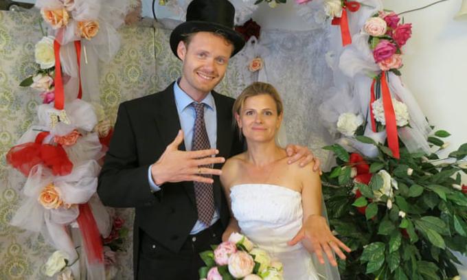 Nữ du khách Deborah Nicholls-Lee cũng mặc váy cưới, voan cài, đeo nhẫnnhư cô dâu trong đám cưới giả với người dân địa phương.