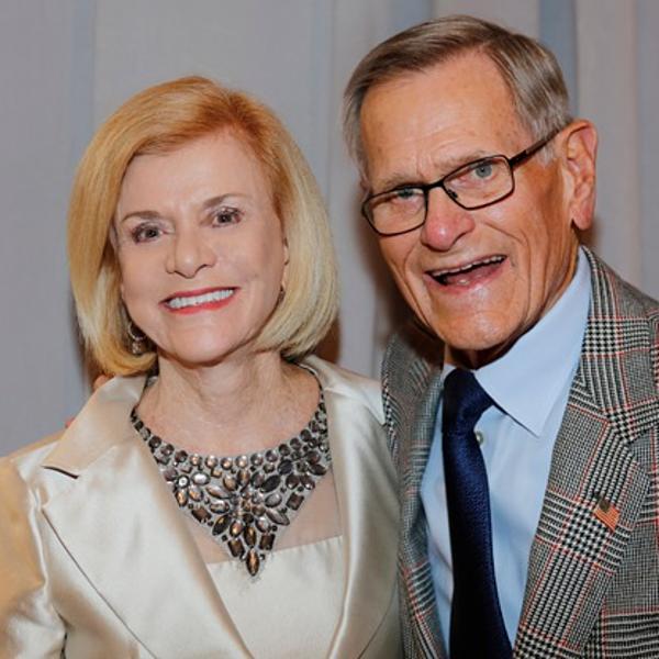 1.Tom (phải)và Judy Love (5,9 tỷ USD):Năm 1964, ông bà Love vay 5.000 USD của bố mẹ đểmở cây xăngđầu tiên ở Oklahoma. Vợ chồng cùng điều hành đưa Loves thànhmạng lướitrạm dừng kết hợp bách hóa ngoại ô khổng lồ, gồm 430 điểm hiện tại khắp41 bang Mỹ. Ông và bà mỗingười sở hữu nửa cơ ngơi. Ảnh: Bizbilla.