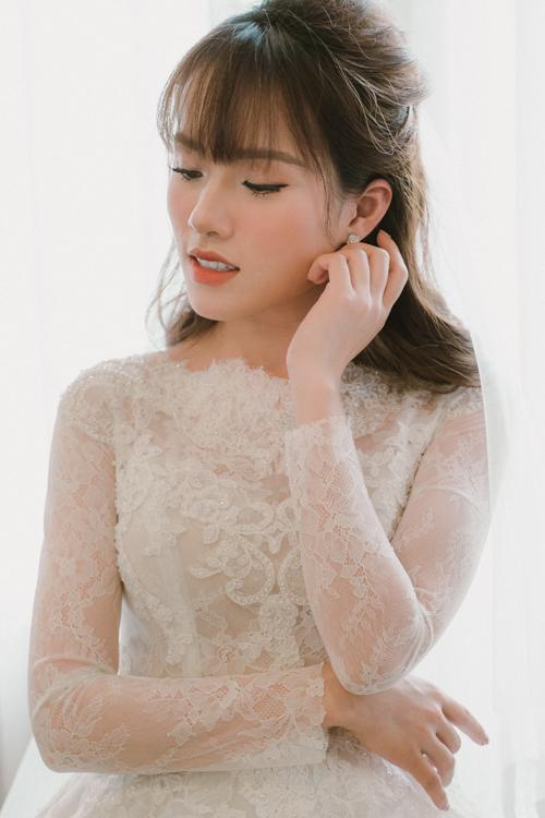 Trong ngày cưới, Chi Hoa đã diện thiết kế váy ren nữ tính lấy cảm hứng từ bộ đầm của các công chúa, công nương hoàng gia châu Âu. Mẫu đầm có họa tiết hoa ren tinh xảo, có độ mềm nhẹ giúp tân nương không cảm thấy bức bí trong tiết trời mùa hạ.