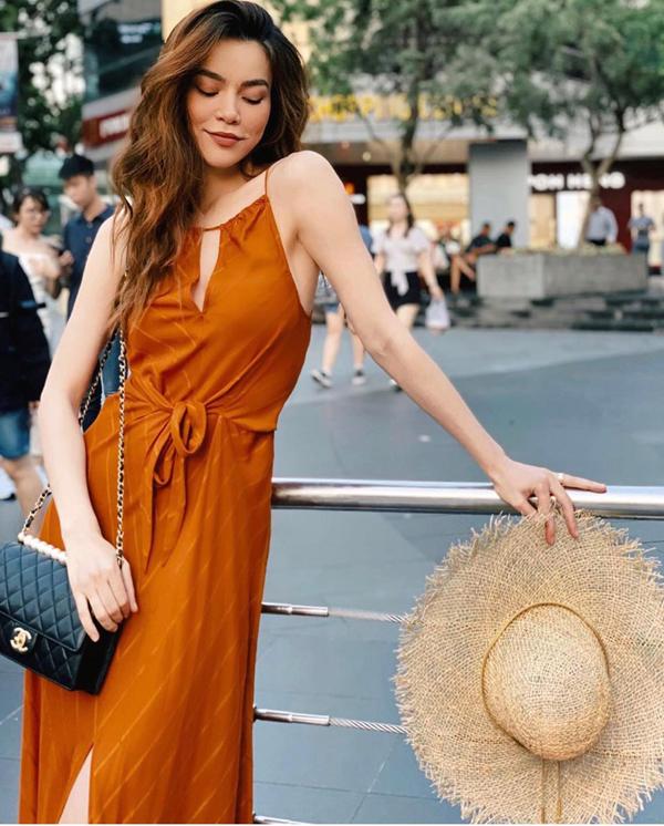 Hồ Ngọc Hà nổi bật trên phối với thiết kế váy hai dây đi kèm phần xiết eo nhẹ nhàng. Túi Chanel trang trí ngọc trai đúng trend 2019 cũng được ca sĩ chọn lựa để khiến phong cách street style cuốn hút hơn.