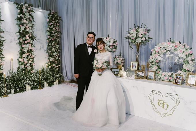 10 năm trước, cô dâu Nguyễn Linh Chi Hoa (27 tuổi, Hà Nội) từng gây dấu ấn với khán giả màn ảnh nhỏ qua vai diễn Linh Kute trong phim Bước nhảy xì tin. Hiện tại, Chi Hoa đã dừng các hoạt động nghệ thuật và chuyển hướng kinh doanh. Cô dâu và chú rể Ngô Thắng (doanh nhân, TP HCM) quen nhau trong buổi đi chơi cùng nhóm bạn chung. Sau 5 năm tìm hiểu, uyên ương đã tổ chức đám cưới ở Hà Nội - quê cô dâu vào ngày 4/5 và hôn lễ ở quê chú rể - Bình Phước ngày 12/5.