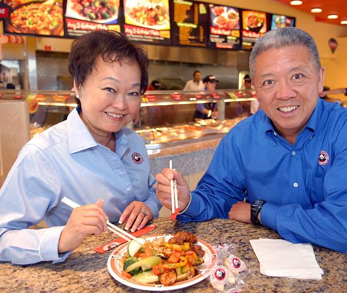 4. Peggy (trái)và Andrew Cherng (3,4 tỷ USD): Cặp Cherngtìm thấy thành công nhờ ẩm thực. Năm 1973, Andrew Cherng mở quán ănHoa với bố, trong khiPeggy có bằng tiến sĩ kỹ thuật điện và chân trong tập đoàn 3M nhưng từ bỏ tất cả, về giúp chồng nhân rộngmột nhà hàngthành chuỗi ăn nhanh món Trung Quốc. Panda Express, và sau này thêmmột loạt chuỗi bình dân khác, đem vềcả gia tài cho họ. Ảnh: Bob Riha, Jr.