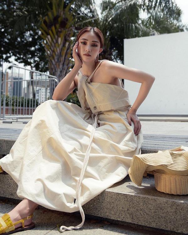 Ngoài váy lụa mềm mại, mùa hè năm nay trang phục vải thô, vải linen cũng được sao Việt yêu thích. Hà Thu khoe vai trần trong thiết kế váy hai dây phom dáng độc đáo.